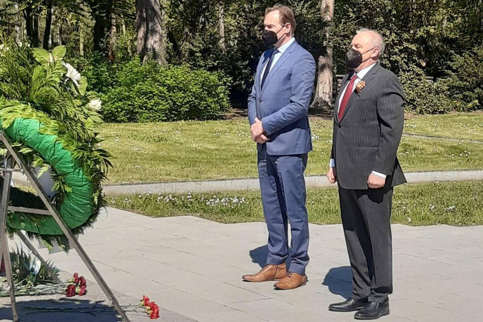 Leipzigs Oberbürgermeister Burkhard Jung (63, SPD, l.) und der Generalkonsul der Russischen Föderation in Leipzig, Andrey Y. Dronov, legten am Ehrenmal für die militärischen und zivilen Gefallenen des Zweiten Weltkrieges aus der ehemaligen Sowjetunion Kränze nieder.