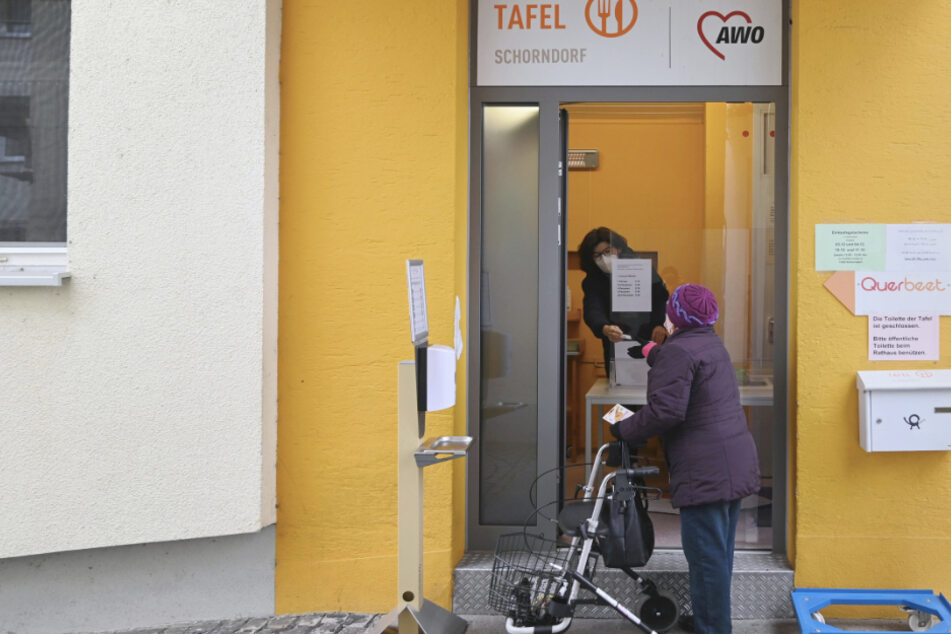 Eine Besucherin der Tafel Schorndorf holt am provisorischen Schalter der Tafel einen Einkaufsgutschein ab.
