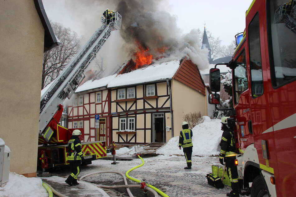 Flammeninferno in Heiligenstadt: Familien flüchten vor Feuer aus Reihenhäusern