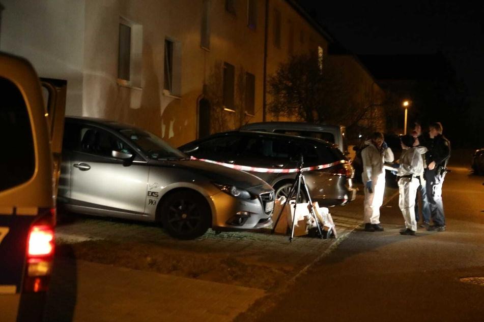 Die Tatortgruppe der Kripo ist am Haus eingetroffen. Die ganze Nacht über wurden im und vor dem Gebäude Spuren gesichert.
