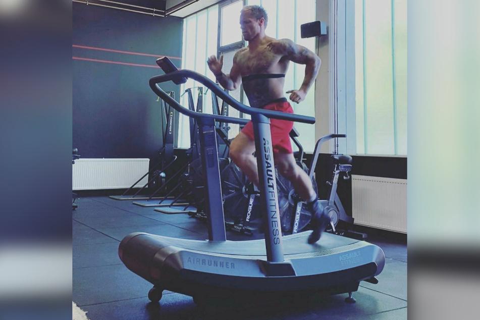 Thomas Hübener schindet seinen Body täglich drei Stunden, auch auf dem Laufband.