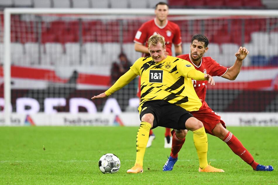 Julian Brandt (24, l.) im Zweikampf mit Bayern-Spieler Javi Martinez (32, r.).