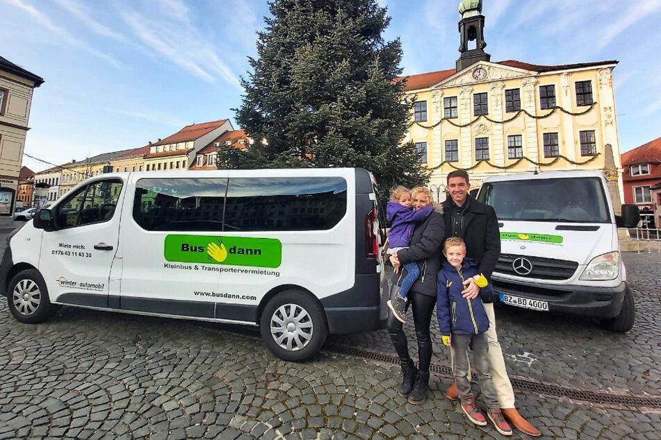 Unternehmer Torsten Marx mit der Familie vor zwei Fahrzeugen seiner Kleinbus- und Transporter-Vermietung Busdann.