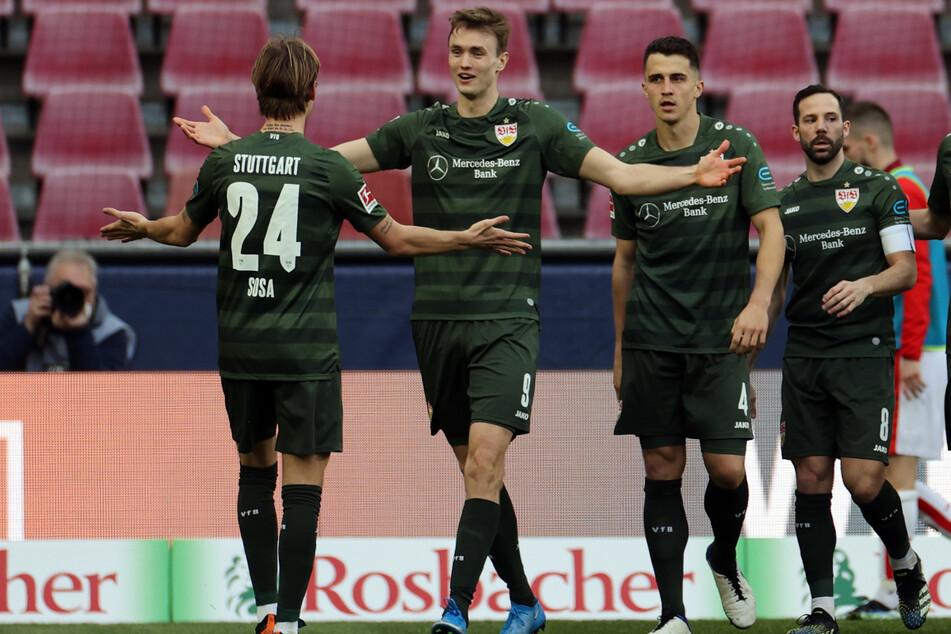Sie feiern wohl bald gemeinsam den Klassenerhalt des VfB Stuttgart (l.-r.): Borna Sosa (23), Sasa Kalajdzic (23), Marc Oliver Kempf (26) und Gonzalo Castro (33).