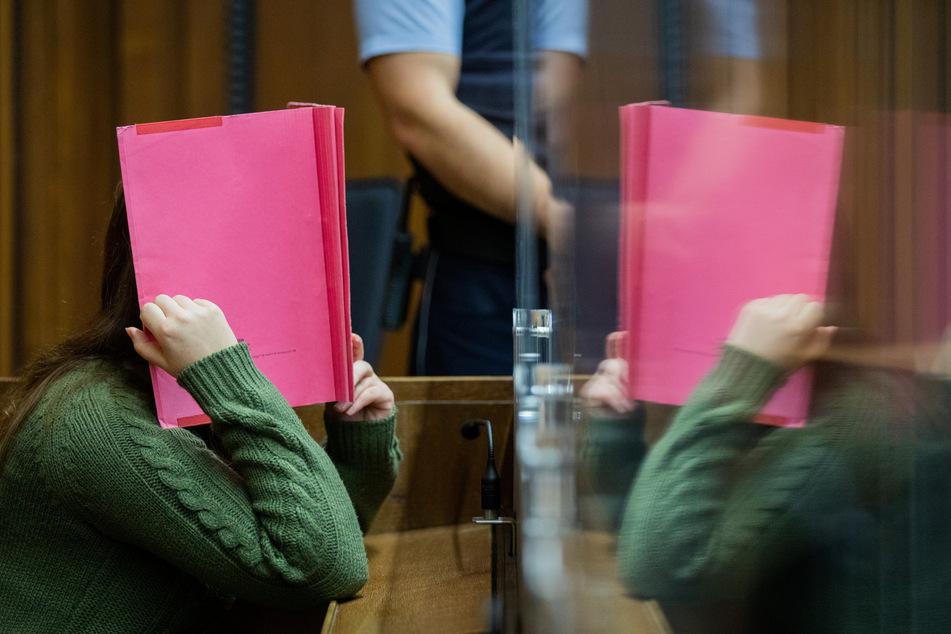 Die Angeklagte sitzt in einem Gerichtssaal des Landgerichts. Im Mordfall Greta (3) hat der Prozess gegen eine Kita-Erzieherin begonnen.