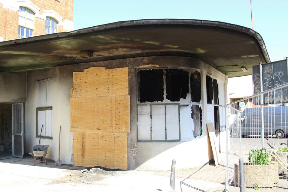 Verkohlte Fassade, gesprungene Scheiben - vom Dixi-Klo, das vor dem Gebäude stand, blieb nichts mehr übrig.