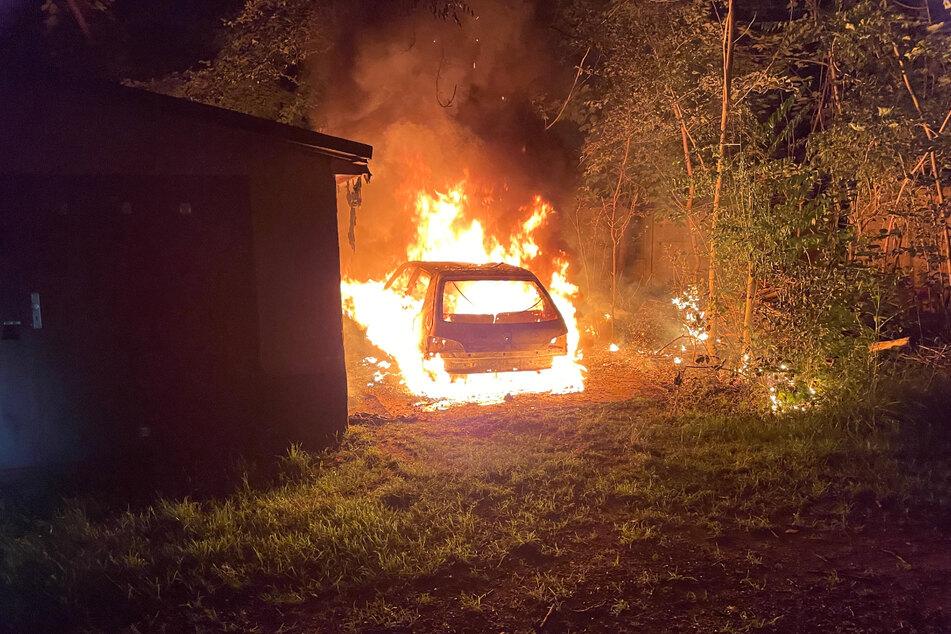 In der Egelstraße im Zentrum-Ost brannte ein Auto vollständig aus.