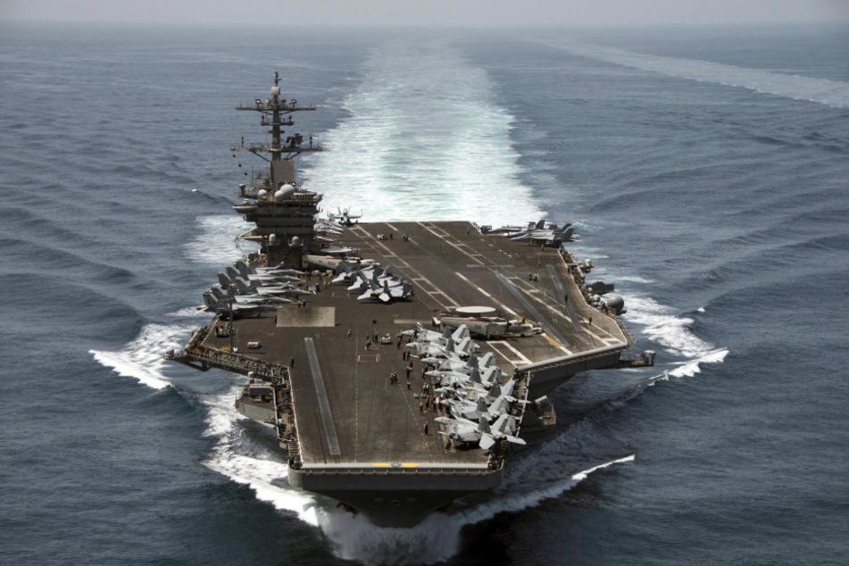 Das von der US-Marine zur Verfügung gestellte Luftbild, zeigt den Flugzeugträger USS Theodore Roosevelt (CVN 71) im Arabischen Meer.