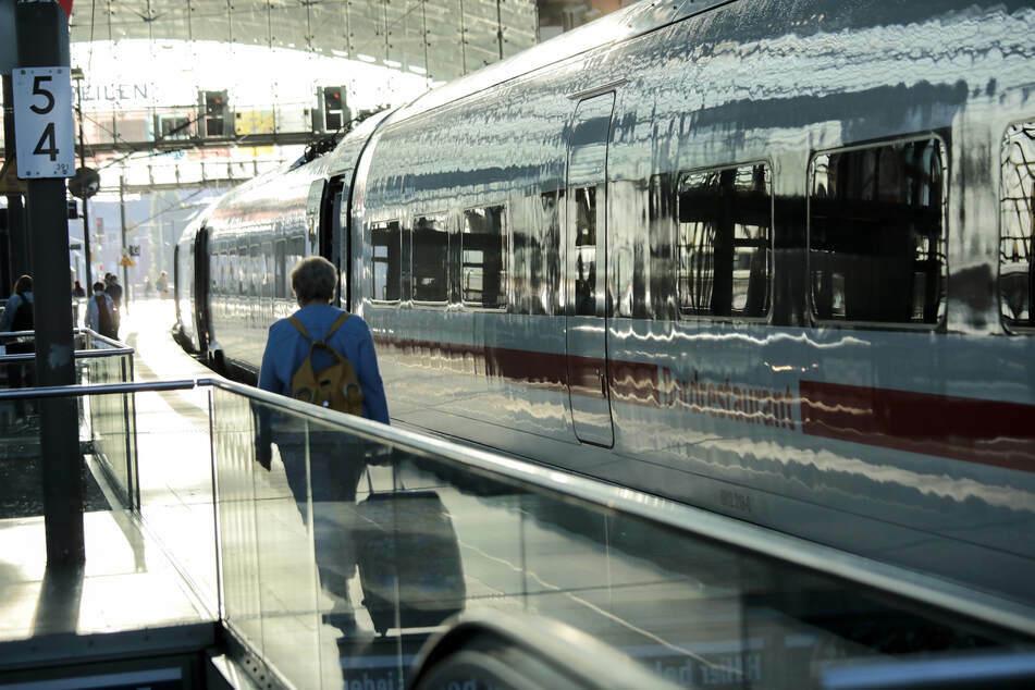 Laut einem Bahn-Sprecher sei trotz des Streiks der Ersatzfahrplan am Donnerstagmorgen stabil angelaufen. (Symbolbild)
