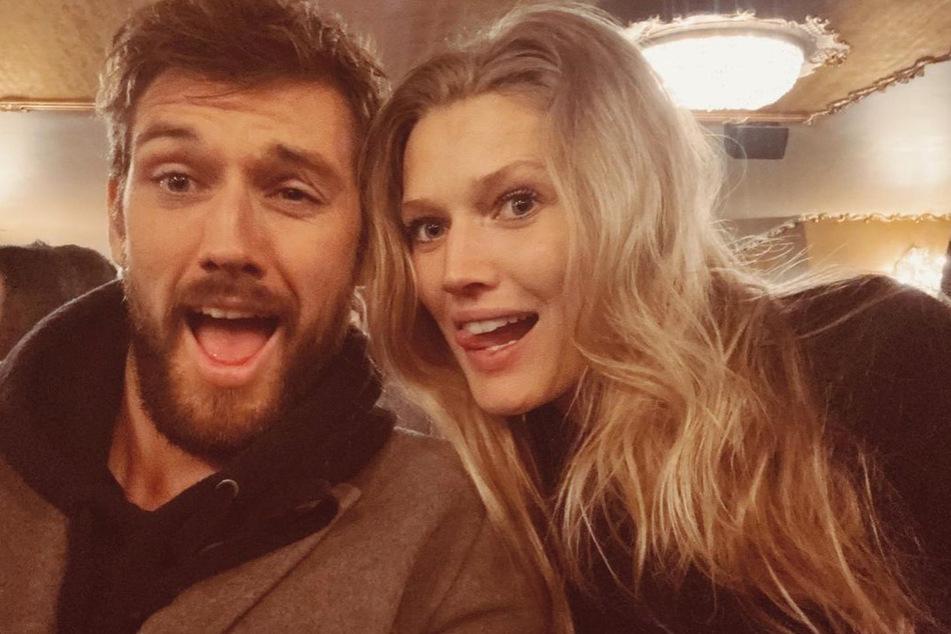 A modelo é casada com o ator britânico Alex Pettifer (30 anos).