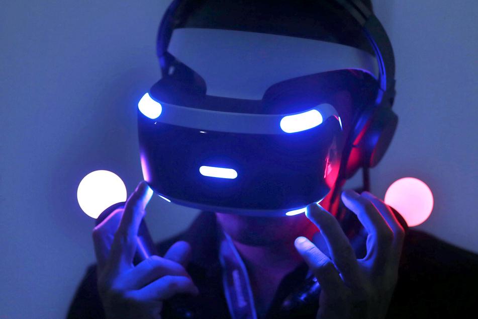 Ein Fachbesucher testet auf der Gamescom mit einer Virtual-Reality-Brille ein Computerspiel. Die Spielemesse findet in diesem Jahr Corona-bedingt ausschließlich online statt.
