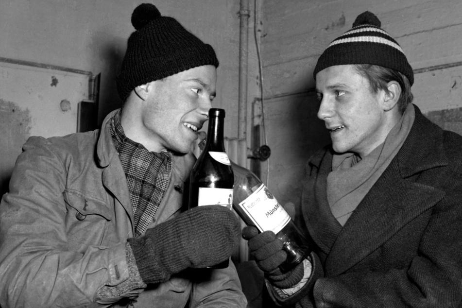 René Leudesdorff (l) und Georg von Hatzfeld stießen am 22. Dezember 1950 im Flakbunker auf der Insel Helgoland mit jeweils einer Flasche Wein an.