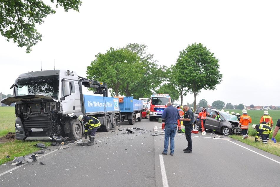 Der Autofahrer erlitt schwere Verletzungen und kam in ein Krankenhaus. Der Lkw-Fahrer wurde leicht verletzt.