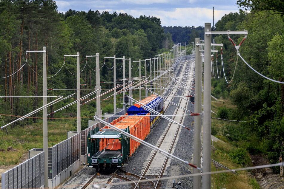 Eine elektrifizierte Bahnstrecke, wie hier zwischen Knappenrode und Horka, soll auch zwischen Dresden und Görlitz kommen.
