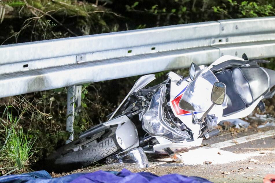 Biker (19) prallt mit Motorrad gegen Leitplanke und stirbt