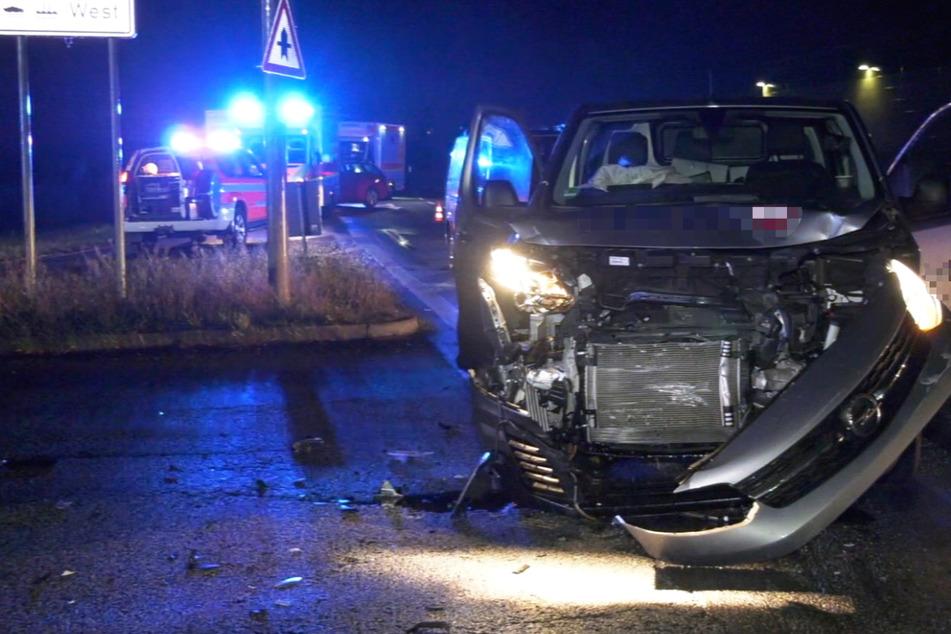 Der silberfarbene Transporter wurde bei dem Zusammenstoß schwer an der Front beschädigt, der Fahrer des Wagens blieb offenbar unverletzt.