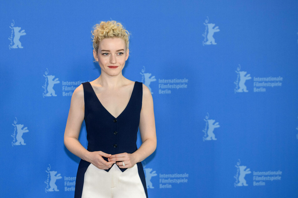The fans are sure that Julia Garner (26) will play Madonna in the new biopic.