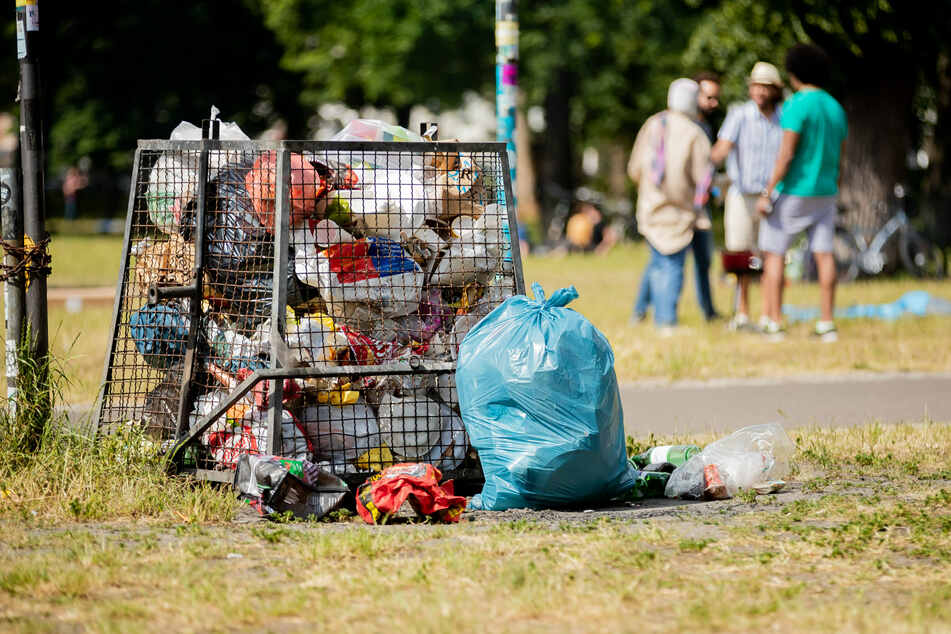 Im Volkspark Friedrichshain überquillt ein Mülleimer, da diese nicht mehr für die anfallenden Mengen ausgelegt sind.