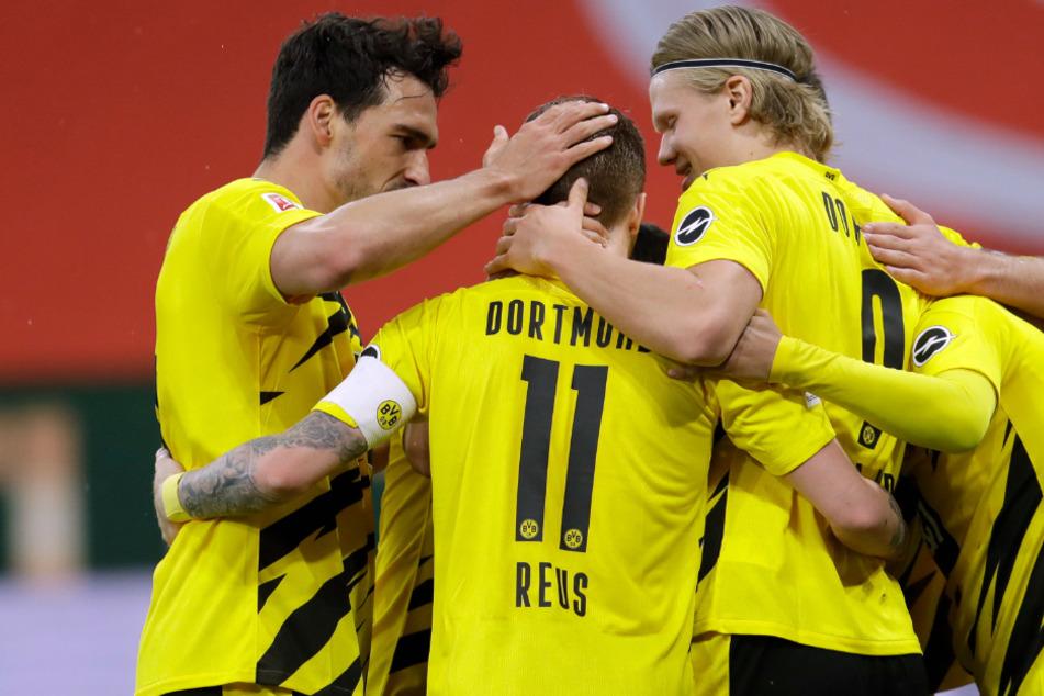 Am Ende reicht es doch noch für die Champions-League-Qualifikation: Dortmunder Jubel nach dem 2:0-Treffer durch Marco Reus (Mitte).