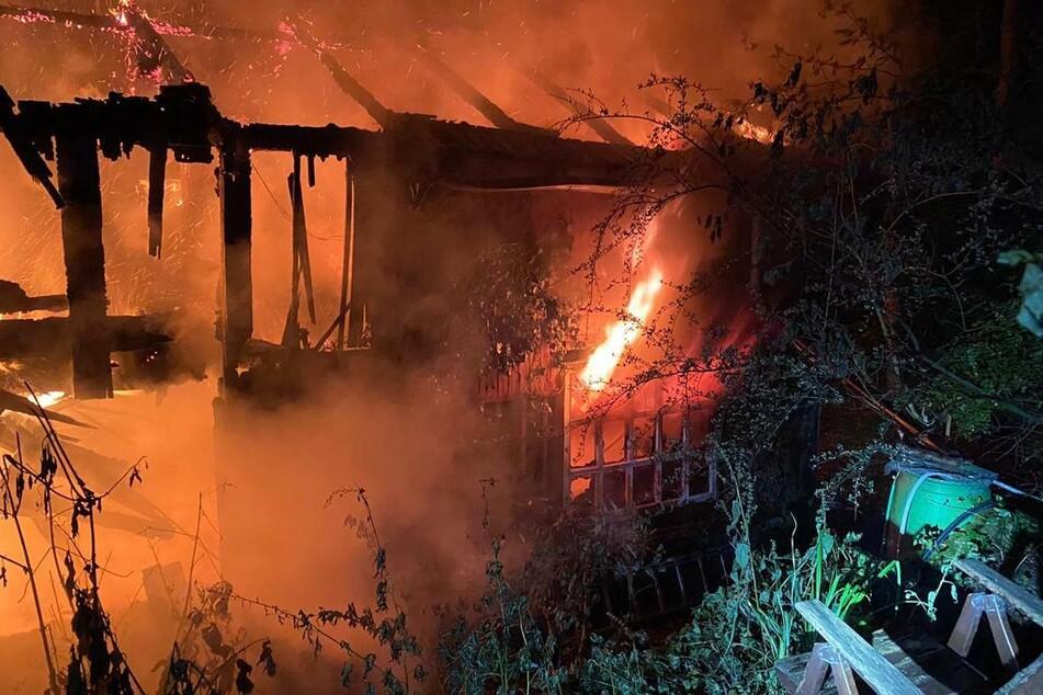 Als die Feuerwehr eintraf, stand das Gebäude bereits vollständig in Flammen. Die Höhe des entstandenen Sachschadens ist nicht bekannt.