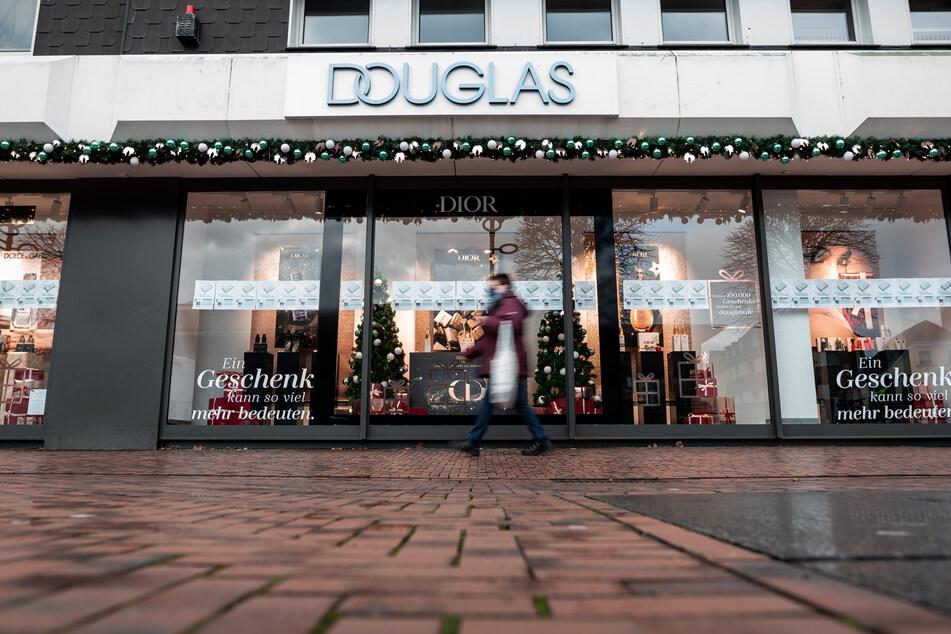Deutschlands größte Parfümeriekette Douglas will fast jede siebte Filiale in der Bundesrepublik schließen.