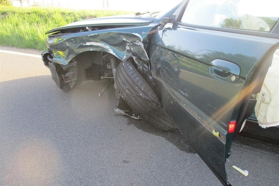 Eines der bei dem Unfall schwer beschädigten Autos.