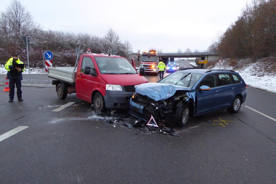 Kreuzungs-Crash im Zwickauer Stadtteil Crossen: Zwei Fahrzeuge krachten am Donnerstagmorgen auf der B93 zusammen.