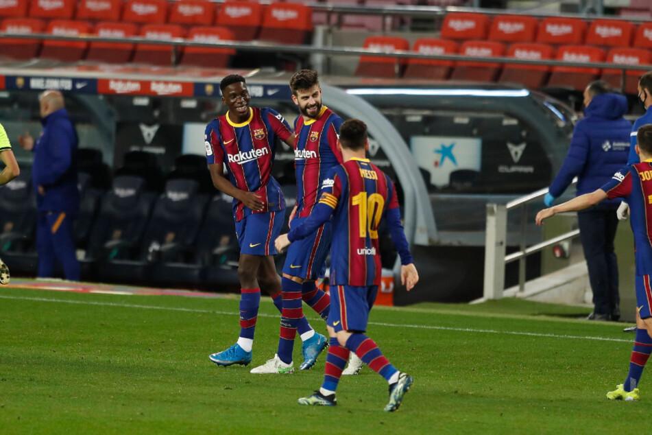 Ilaix Moriba (18, li.), hier mit Gerard Piqué (34, M.) und Lionel Messi (33) im Halbfinal-Rückspiel des spanischen Pokals gegen Sevilla (3:0-Sieg), weckt das Interesse von RB Leipzig.