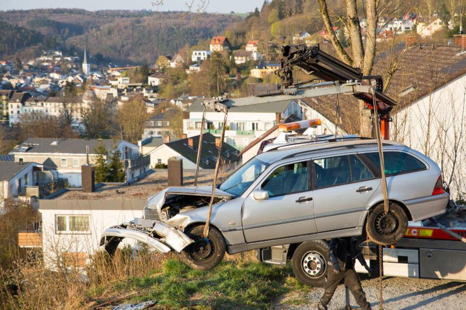 Auto mit älterem Ehepaar fliegt Abhang hinab