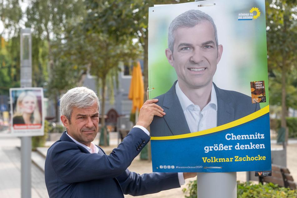 Er tritt nicht noch einmal an: Volkmar Zschocke hängt eines seiner Wahlplakate ab.
