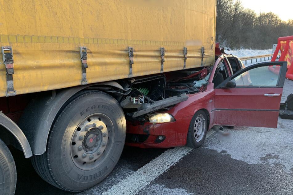 Unfall A81: Kleinwagen kracht in Laster: Ein Mann stirbt auf Autobahn