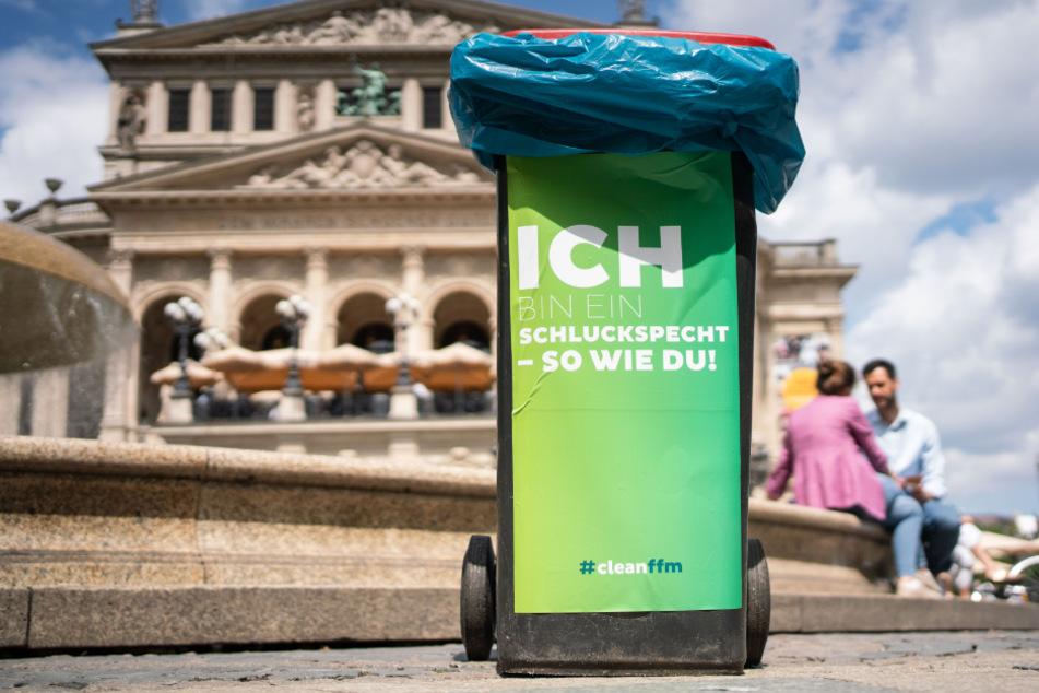 Frankfurt: Mülltonnen mit frechen Sprüchen gegen Corona-Müllproblem