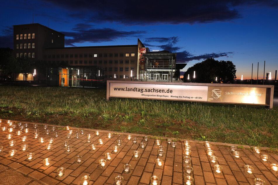 400 Kerzen wurden vor dem Dresdner Landtag aufgestellt.