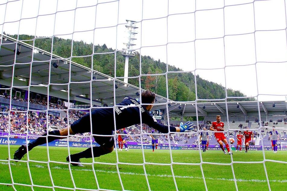 Mit einem unglaublich arroganten Elfmeter schoss Rouwen Hennings (34) Düsseldorf zum 1:0-Sieg. Der Ball ging Martin Männel (33) zwischen linkem Fuß und linken Hand ins Netz. Ärgerlich!