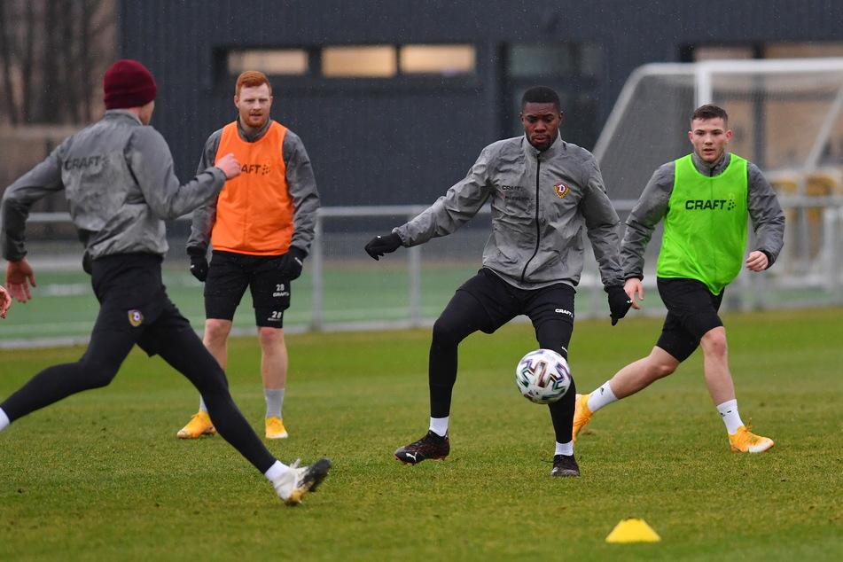 Die Trainingseinheiten der Dynamos nutzt Leroy Kwadwo (2.v.r), um das System von Coach Markus Kauczinski immer besser zu antizipieren.