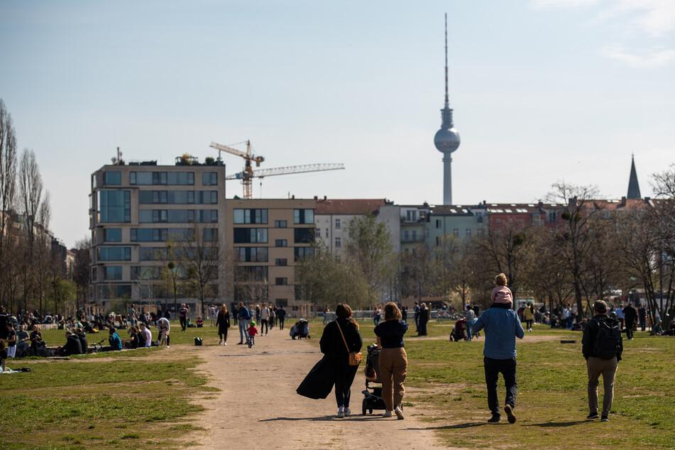 Bei herrlichstem Frühlingswetter tummeln sich die Berliner in den Parks.