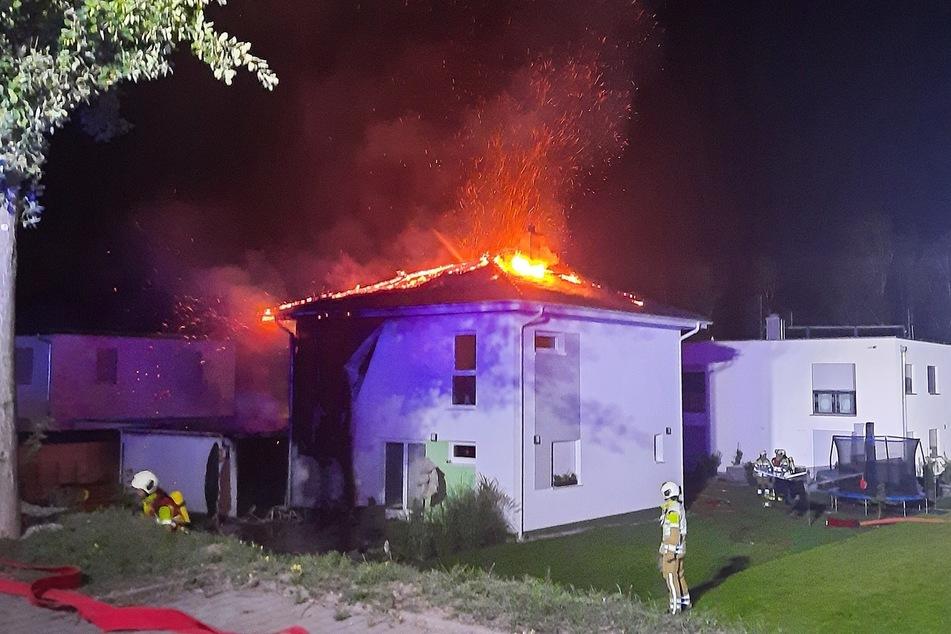 Das Einfamilienhaus in Dresden-Nickern brannte in der Nacht zu Sonntag.