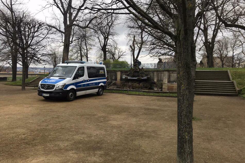 Ein Einsatzwagen der Polizei steht vor dem Brunnen auf der Brühlschen Terrasse.