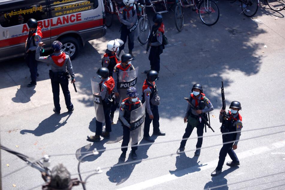 Yangon: Bereitschaftspolizisten stehen während des Protestes gegen den Militärputsch auf einer Straße.