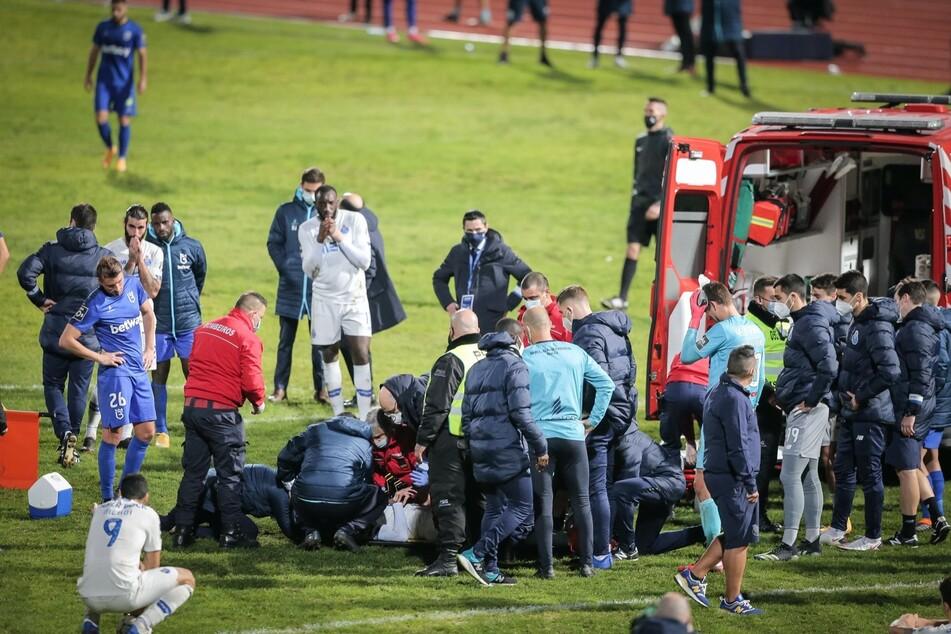 Spieler und Betreuer sind schockiert, schlagen die Hände über den Kopf und kämpfen mit den Tränen. Der Krankenwagen brachte Nanú schließlich vom Feld.