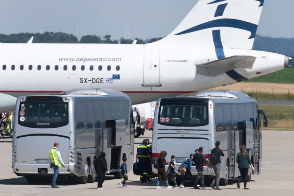 Kranke Flüchtlingskinder und Angehörige aus Griechenland gelandet