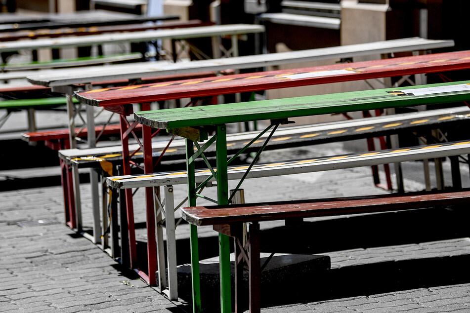 Vor einem geschlossen Restaurant stehen leere Stühle und Tische.