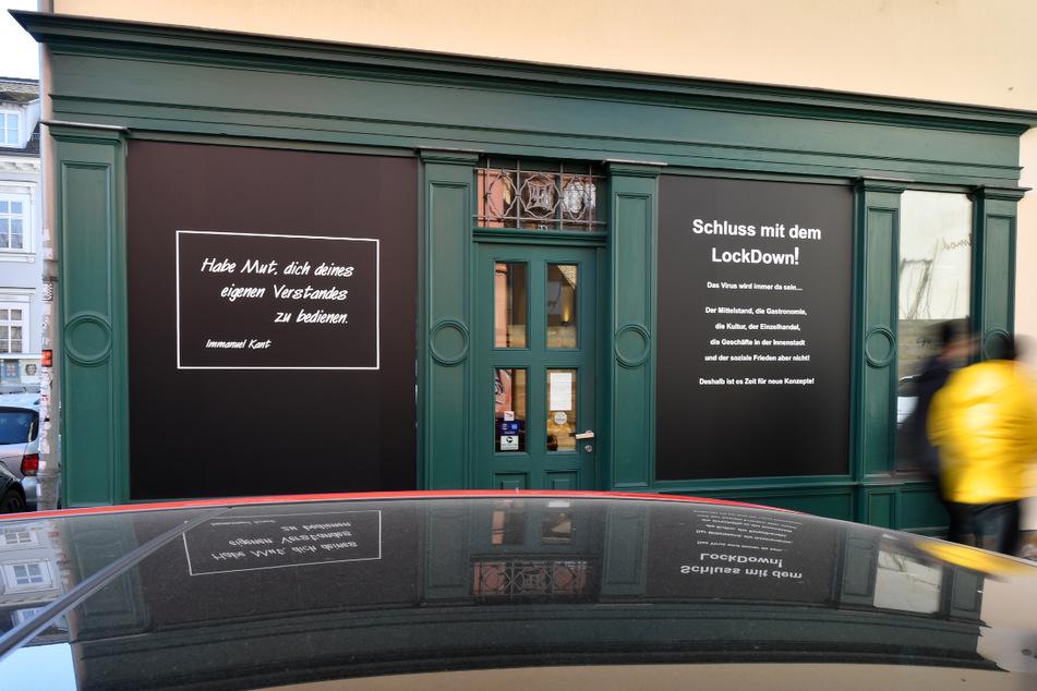 """""""Schluss mit dem Lockdown!"""" steht auf dem Plakat an einem Schaufenster in der Erfurter Altstadt. Wegen der hohen Inzidenz will das kleine Bundesland vorsichtig lockern."""