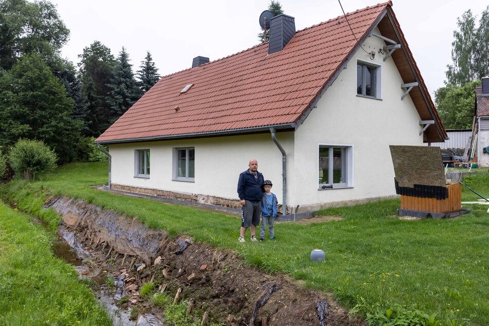 Das Hochwasser flutete ihr Wohnhaus: Benjamin Gottschling (32) und Sohn Tyler (5) aus Meerane.