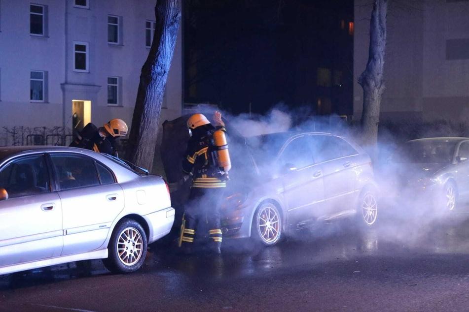 Feuerwehrleute löschen den brennenden Mercedes, können das Auto aber nicht mehr retten.