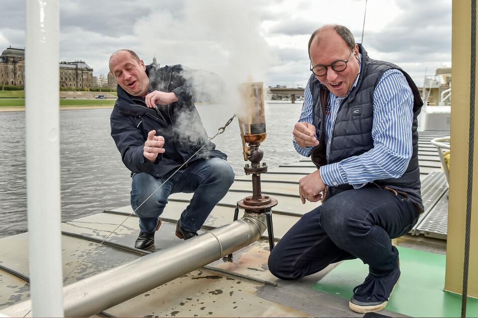 Jochen Haubold (42, l.) und Dirk Ebersbach (57) lassen die Pillnitz-Pfeife tuten. Sie wird am 1. Mai gegen die Testpfeife ausgewechselt.