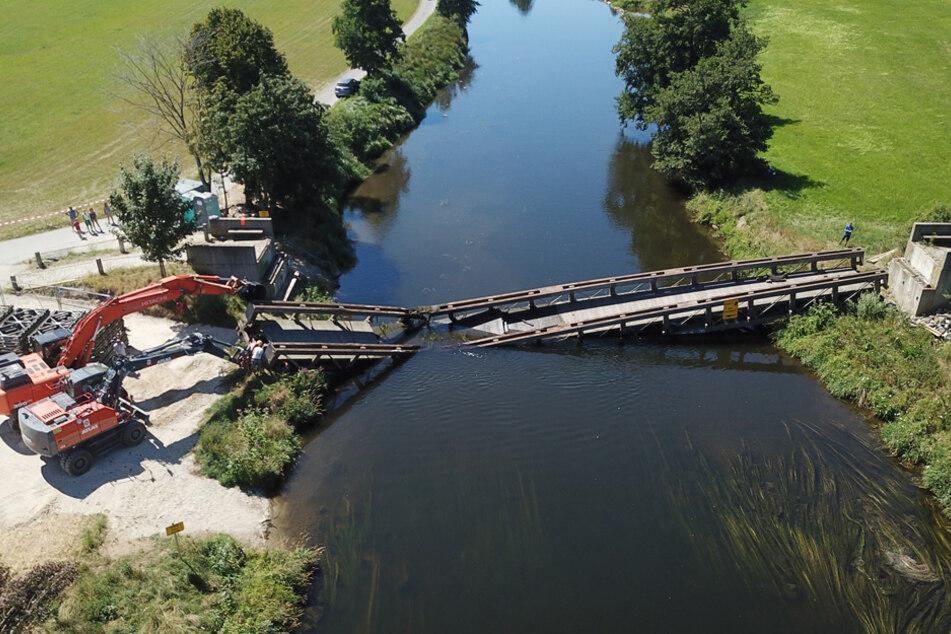 Die marode Brücke sollte eigentlich ausgehoben werden - dann brach sie auseinander.