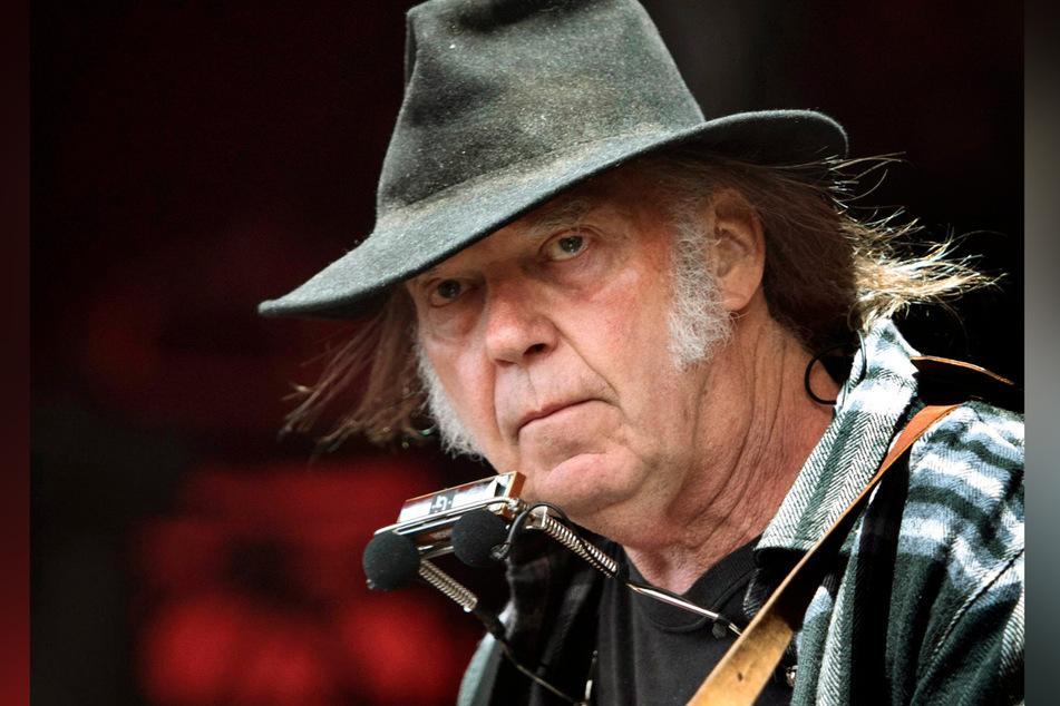 Neil Young (74) erwägt Klage gegen Donald Trump (74) zu erheben. (Archivbild)