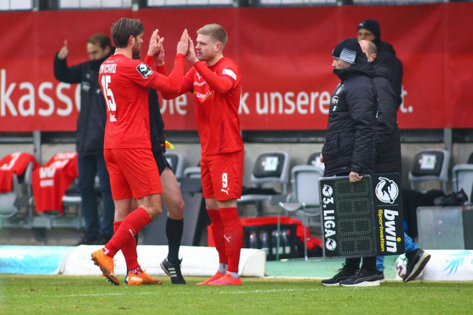 Sein ersten Spiel für Zwickau: Lars Lokotsch (24, r.) kam beim 1:0-Sieg bei 1860 für Ronny König (37) in die Partie.