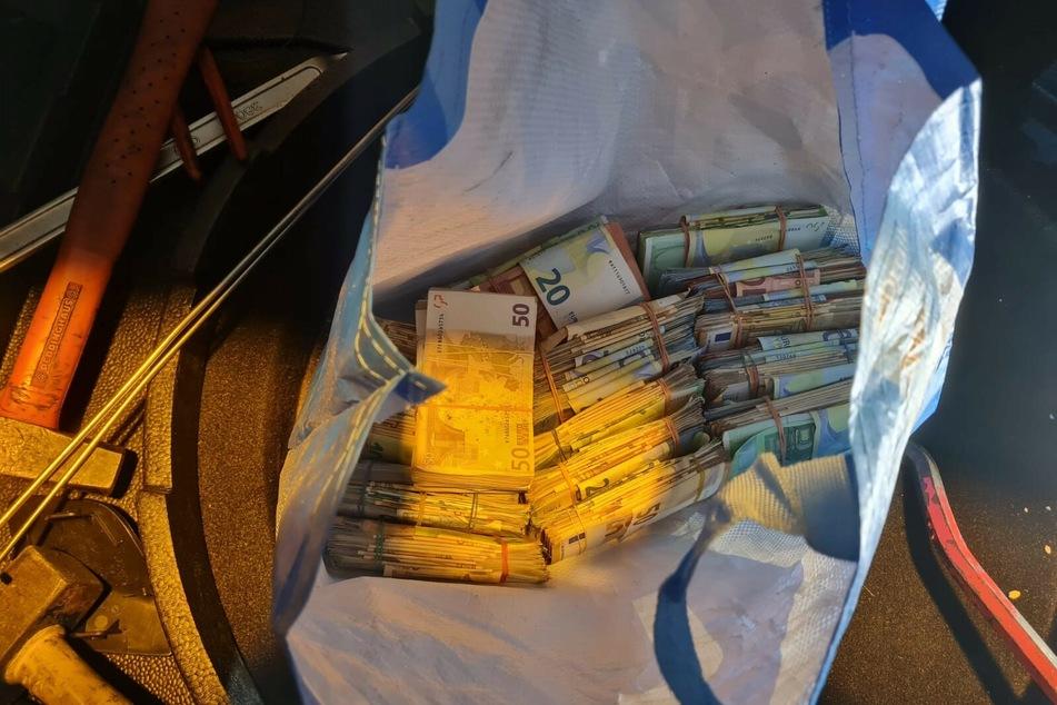 Verdacht auf Geldwäsche: 29-Jähriger mit 144.000 Euro im Kofferraum erwischt